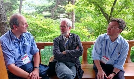 Patrick Goossens, Neil Harris and Giles Mandelbrote en conversation dans le domaine du Villa presidentiel.