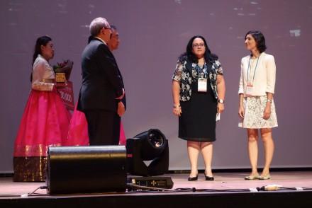 Frank La Rue, sous-directeur général de l'UNESCO pour la communication et l'information, présente le prix JIkji aux représentantes de Iberarchivos. (Photo: Thomas Gravemaker.)