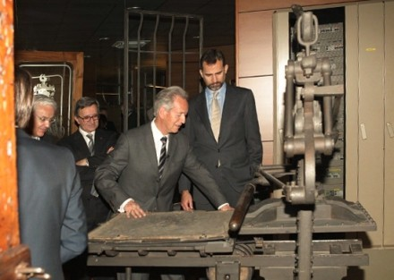 Prince listing to the explanations Alzamora Group president during his visit to the Museum