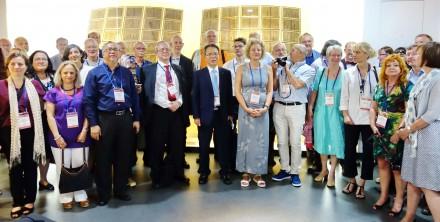Notre guide, le Dr Jeong-Ha Hwang, conservateur en chef, avec les délégués devant un jeu complet de facsimilés des pages du Jikji.